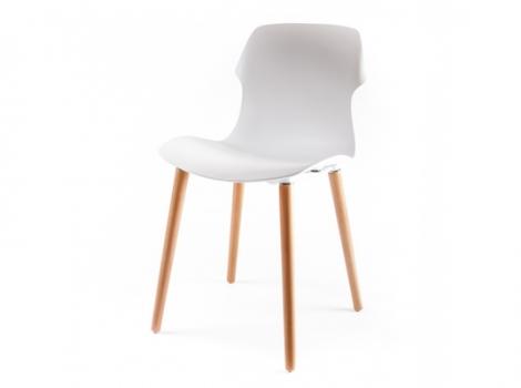 Белый пластиковый стул на деревянных ножках