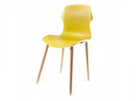 желтый пластиковый стул на деревянных ножках