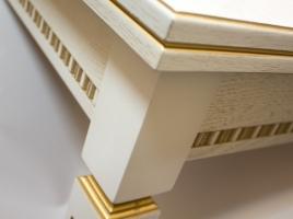 белый кухонный стол с золотой патиной