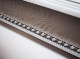 белый стол с серебряной патиной