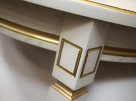 белый овальный стол с золотой патиной