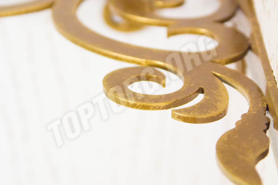 открытая навесная полка с золотым кронштейном
